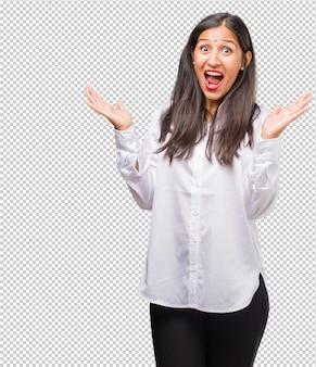 Giovane donna indiana che grida felice