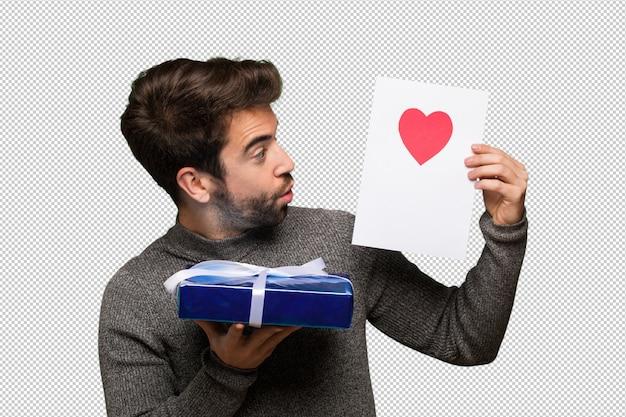 Giovane uomo festeggia il giorno di san valentino