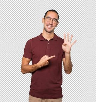 Giovane che fa un gesto numero quattro