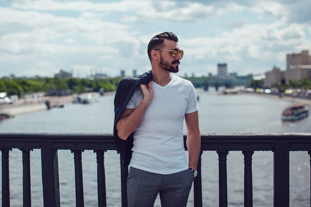Giovane uomo che indossa la maglietta mockup