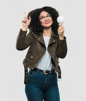 Giovane donna che tiene una lampadina Psd Premium