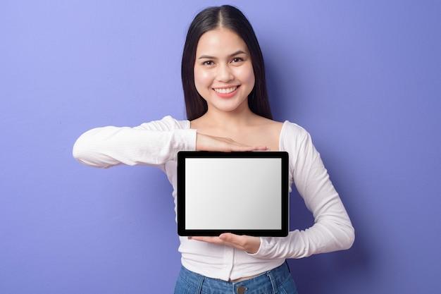 La giovane donna sta tenendo il modello della compressa