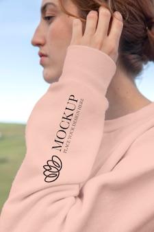 Giovane donna che indossa una felpa con cappuccio mock-up a maniche lunghe