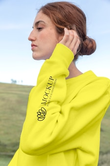 Giovane donna che indossa un modello di felpa con cappuccio