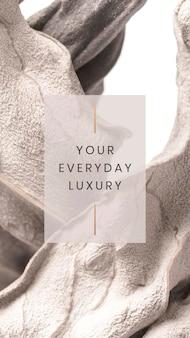 Il tuo lusso quotidiano su uno sfondo con texture a foglia