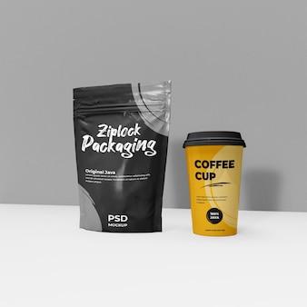 Pacchetto di caffè a chiusura lampo e scena di mockup realistico della tazza di caffè