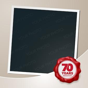 Icona di vettore di 70 anni anniversario, logo. elemento di design modello, biglietto di auguri con collage di cornice per foto e sigillo di cera per il 70 ° anniversario