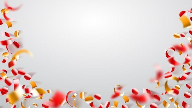 Sfondo astratto di coriandoli lucenti volanti e pezzi di serpentino, dorato e rosso su bianco