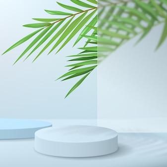Palcoscenico astratto minimalista con piedistalli su sfondo blu. podio vuoto per l'esposizione del prodotto con foglie di palma dietro il vetro.
