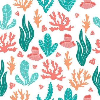 Modello senza cuciture astratto di corallo, conchiglie e alghe su fondo bianco.