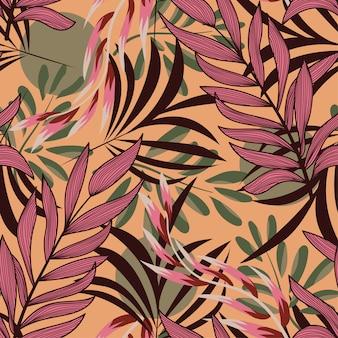Modello senza cuciture astratto con le foglie tropicali variopinte e le piante luminose su giallo