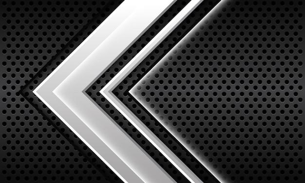 La direzione della freccia bianca astratta si sovrappone sul fondo futuristico moderno di progettazione della maglia del cerchio metallico grigio scuro