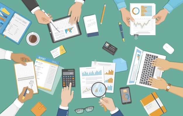 Audit contabile analisi dei dati delle riunioni di lavoro reporting persone al lavoro mani umane