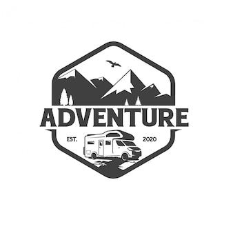 Modello di progettazione di logo distintivo di avventura