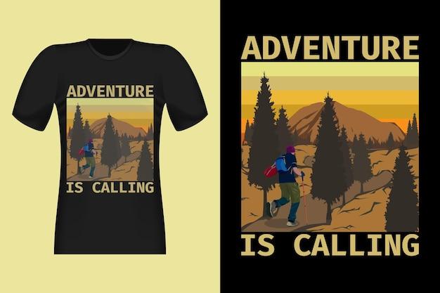 L'avventura sta chiamando il design di t-shirt retrò vintage in stile disegnato a mano