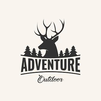 Ispirazione logo design avventura con elementi di cervo e pino,