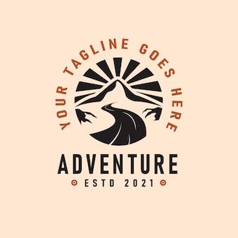 Avventura logo emblema illustrazione vettoriale con fiume e montagne sagome vintage design
