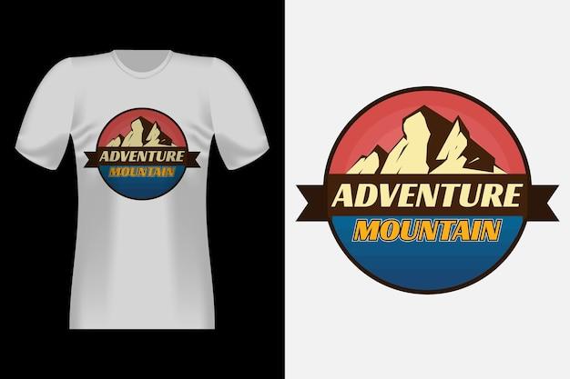 Design di t-shirt retrò vintage in stile disegnato a mano di avventura in montagna