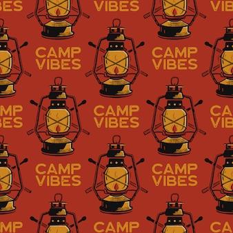 Modello senza cuciture di avventura con distintivi di etichette di lanterna da campeggio. testo di vibrazioni del campo. sfondo di carta da parati di viaggio.