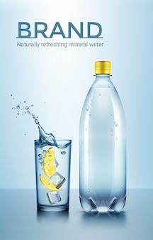 Illustrazione della pubblicità della bottiglia e del bicchiere d'acqua con ghiaccio