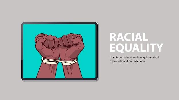 I pugni neri afroamericani legati con la corda sullo schermo del laptop fermano il razzismo l'uguaglianza razziale le vite nere contano lo spazio della copia