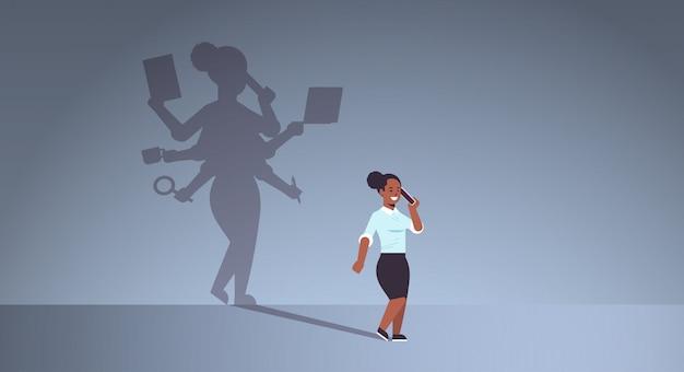 Donna di affari afroamericana che parla sul telefono