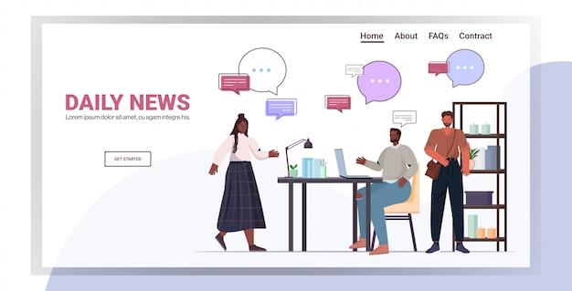 Colleghi afroamericani che parlano di notizie quotidiane durante la riunione del concetto di comunicazione bolla di chat. imprenditori parlando in ufficio a figura intera orizzontale copia spazio illustrazione