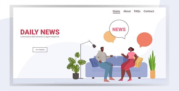 Coppia afroamericana discutendo notizie quotidiane trascorrere del tempo insieme concetto di comunicazione bolla chat. uomo donna seduta sul divano copia spazio a figura intera illustrazione orizzontale
