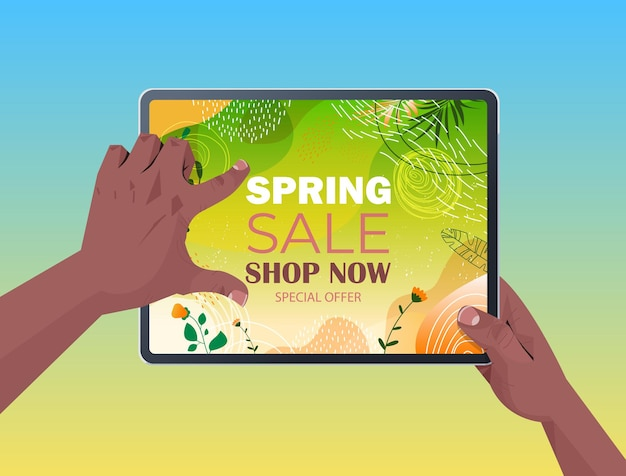 Mani umane afroamericane utilizzando tablet pc con volantino banner vendita primavera o biglietto di auguri sullo schermo illustrazione orizzontale