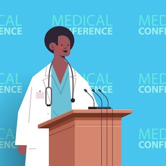 Medico maschio afroamericano che dà discorso alla tribuna con l'illustrazione di vettore del ritratto di concetto di sanità della medicina della conferenza medica del microfono
