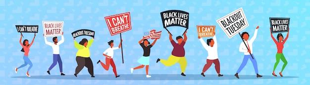Manifestanti afroamericani con vite nere contano striscioni che protestano contro la discriminazione razziale