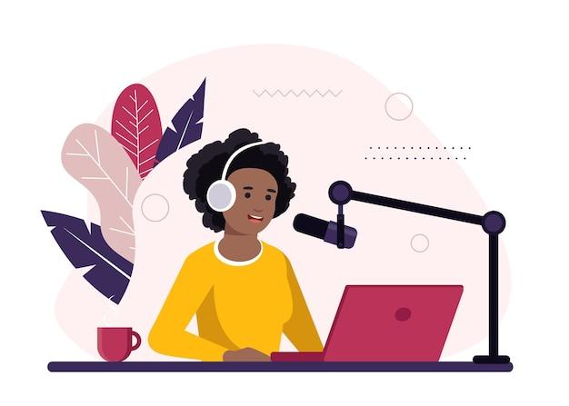 Conduttore radiofonico afro-americano seduto davanti all'illustrazione del microfono
