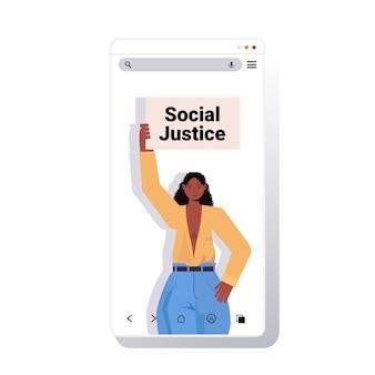 Attivista donna afro-americana che tiene cartello l'uguaglianza razziale giustizia sociale stop discriminazione concetto smartphone schermo copia spazio ritratto