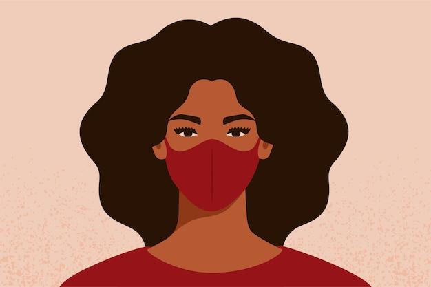 Donna afroamericana che respira attraverso la maschera facciale per proteggersi dal coronavirus e dall'inquinamento atmosferico