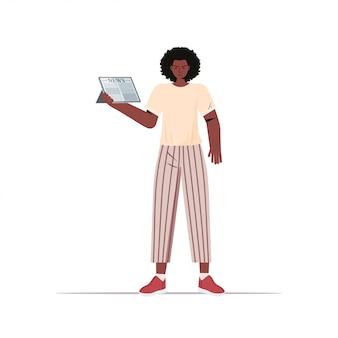 Donna afroamericana leggendo il giornale quotidiano notizie stampa mass media concetto illustrazione a figura intera