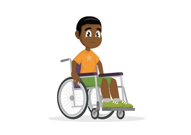Ragazzo africano seduto su una sedia a rotelle.