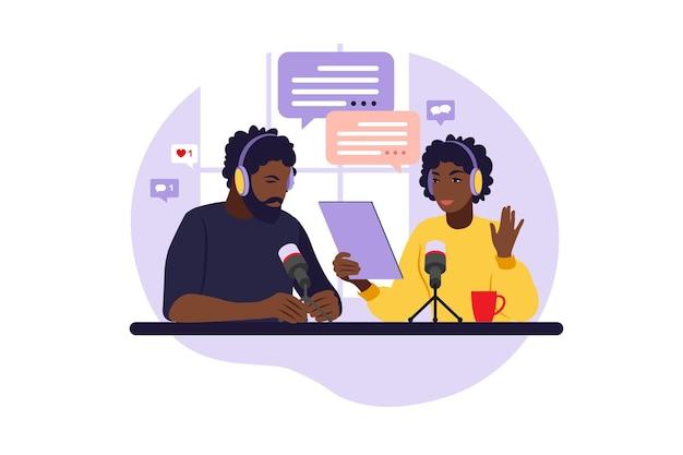 Popolo africano che registra podcast in studio. conduttore radiofonico con illustrazione vettoriale piatto tavolo.