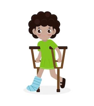 Bambini tristi afroamericani feriti con una gamba rotta in gesso isolato