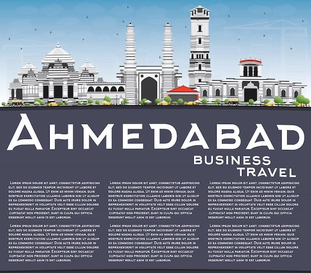 Skyline di ahmedabad con edifici grigio, cielo blu e copia spazio.