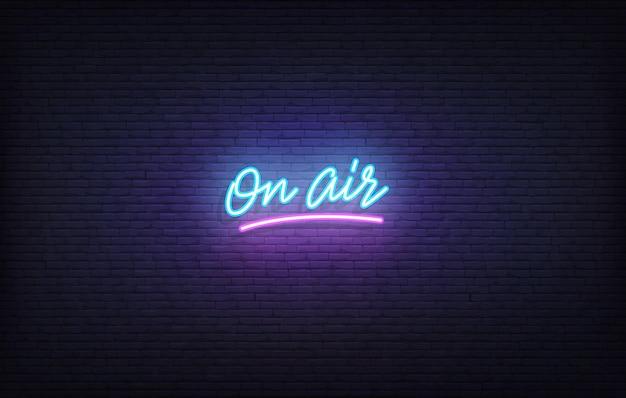 On air insegna al neon. iscrizione al neon incandescente sul modello di aria.
