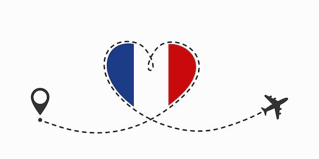 Un aeroplano che vola nel cielo bianco lasciando dietro di sé una scia di fumo a forma di amore. benvenuti in francia