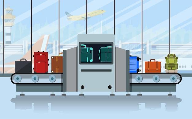 Nastro trasportatore aeroportuale con bagagli passeggeri e scanner della polizia.