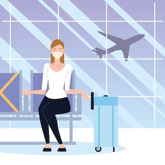 Aeroporto nuovo normale, donna con maschera e valigia seduta in attesa