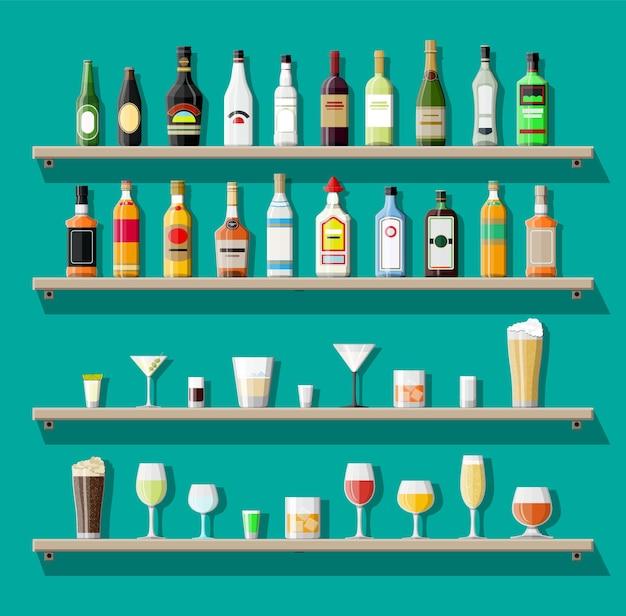 Collezione di bevande alcoliche. bottiglie con bicchieri.
