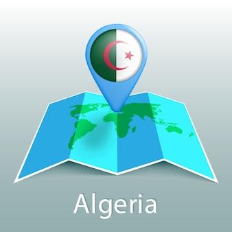 Mappa del mondo di bandiera algeria nel pin con il nome del paese su sfondo grigio