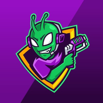 Alieno con logo mascotte pistola laser Vettore Premium