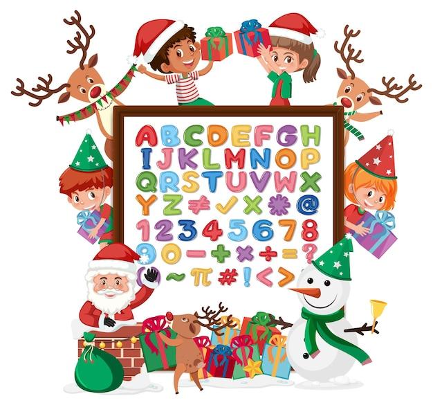 Alfabeto az e simboli matematici su una lavagna con molti bambini in costumi natalizi