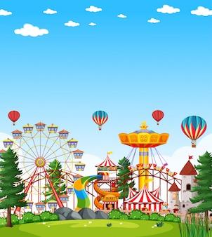 Scena del parco di divertimenti di giorno con cielo blu luminoso in bianco