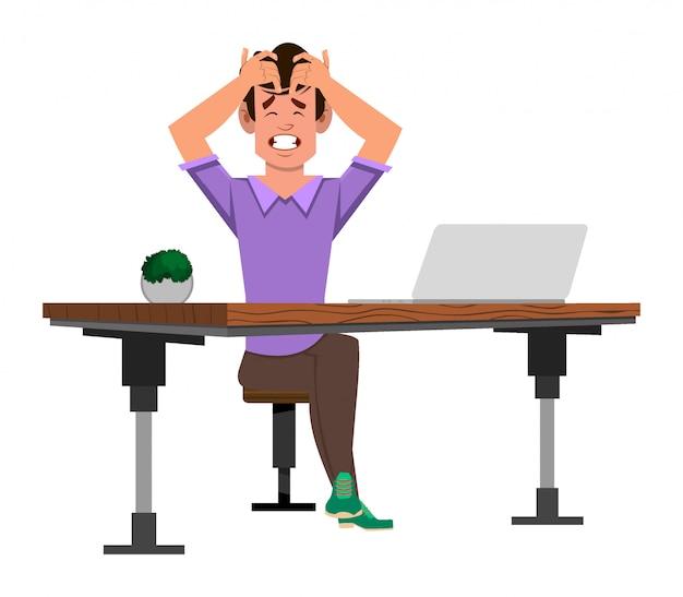 Uomo arrabbiato che si siede sulla sedia ad uno scrittorio del computer