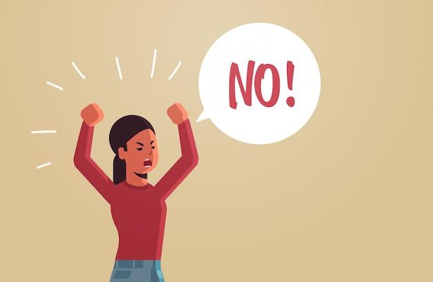Arrabbiata donna infelice dicendo no fumetto con no urlo esclamazione concetto di negazione furiosa ragazza urla alzando le mani piatta ritratto orizzontale
